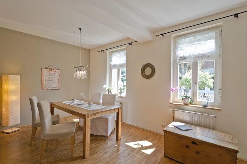 Wohnraum mit wenig Einrichtung und Accessoires nach Home-Staging